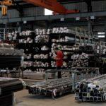 良展紗窗製造工廠內存放著各式紗窗鋁料