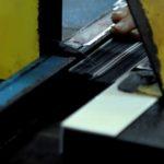 良展工廠擁有專業紗網切割器具, 長度精確無誤差