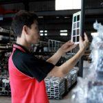 良展員工校對進口鋁框顏色, 保證鋁框品質均一